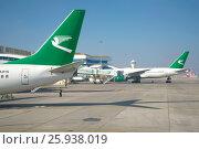 На перроне нового международного аэропорта Ашхабада. Туркменистан (2017 год). Редакционное фото, фотограф Виктор Карасев / Фотобанк Лори