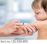 Купить «doctor vaccinating baby isplated on a white background», фото № 25939855, снято 6 сентября 2012 г. (c) Оксана Кузьмина / Фотобанк Лори
