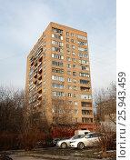 Купить «Четырнадцатиэтажный одноподъездный кирпичный жилой дом серии «башня Вулыха», построен в 1969 году. Измайловский проспект, 55. Район Измайлово. Москва», эксклюзивное фото № 25943459, снято 11 марта 2017 г. (c) lana1501 / Фотобанк Лори