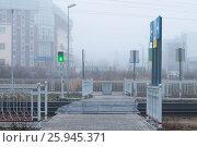 Пешеходный переход через железную дорогу. Стоковое фото, фотограф Сергей Бойков / Фотобанк Лори