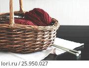 Бордовая пряжа в корзине на столе со спицами. Стоковое фото, фотограф Галина Жигалова / Фотобанк Лори