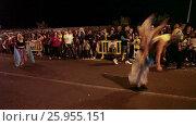 Купить «Акробаты выполняют трюки во время карнавального шествия. Кавалькада трех царей-волхвов (Cavalcade of Magi). Лос Кристианос, Тенерифе, Канары, Испания», видеоролик № 25955151, снято 5 января 2016 г. (c) Кекяляйнен Андрей / Фотобанк Лори