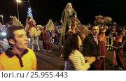 Купить «Карнавал (Cavalcade of Magi) в честь трех королей. Короли едут на верблюдах. Лос Кристианос, Тенерифе, Канары, Испания», видеоролик № 25955443, снято 5 января 2016 г. (c) Кекяляйнен Андрей / Фотобанк Лори