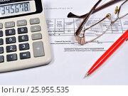 Купить «Электронный калькулятор и красная ручка с очками лежат на счёте-фактуре», фото № 25955535, снято 11 апреля 2017 г. (c) Максим Мицун / Фотобанк Лори