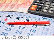 Расчет на калькуляторе и запись авторучкой затрат на подарки к празднику 8 Марта. Стоковое фото, фотограф Максим Мицун / Фотобанк Лори