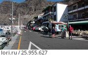 Купить «Улица с отелем и кафе в порту прибрежного города Лос Гигантес (Los Gigantes). Тенерифе, Канарские острова, Испания», видеоролик № 25955627, снято 7 февраля 2016 г. (c) Кекяляйнен Андрей / Фотобанк Лори