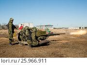 Купить «Солдаты стреляют из пушки», фото № 25966911, снято 11 апреля 2017 г. (c) Соловьев Владимир Александрович / Фотобанк Лори