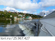 Motor boat and a small village on the Volga river in Russia (2014 год). Стоковое фото, фотограф Жукова Юлия / Фотобанк Лори