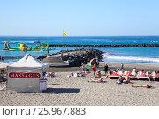 Купить «Палатка для массажа на пляже. Пляж Плая Фанабе (Playa Fanabe). Коста Адехе, Тенерифе, Канарские острова, Испания», фото № 25967883, снято 31 декабря 2015 г. (c) Кекяляйнен Андрей / Фотобанк Лори