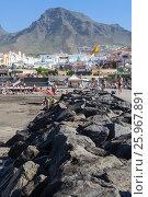 Купить «Вулканические валуны на волнорезе на пляже Плая Фанабе (Playa Fanabe). Коста Адехе, Тенерифе, Канарские острова, Испания», фото № 25967891, снято 31 декабря 2015 г. (c) Кекяляйнен Андрей / Фотобанк Лори