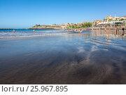 Купить «Гладка поверхность от сошедшей волны на вулканическом пляже. Плая Фанабе (Playa Fanabe). Коста Адехе, Тенерифе, Канарские острова, Испания», фото № 25967895, снято 31 декабря 2015 г. (c) Кекяляйнен Андрей / Фотобанк Лори