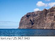 Купить «Отвесные скалы Los Gigantes в Атлантическом океане. Остров Тенерифе. Канары, Испания», фото № 25967943, снято 7 января 2016 г. (c) Кекяляйнен Андрей / Фотобанк Лори