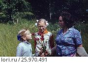 1983-85 год, Подмосковье. Счастливое детство. Дети с мамой собирают цветы. Редакционное фото, фотограф Наталия Преображенская / Фотобанк Лори