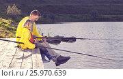 Купить «Family fishing on a pier», видеоролик № 25970639, снято 16 октября 2019 г. (c) Raev Denis / Фотобанк Лори