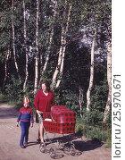 1976 год, Подмосковье. Счастливое детство. Мама с детьми на прогулке. Редакционное фото, фотограф Наталия Преображенская / Фотобанк Лори