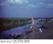Советские старые фото. 1975, Азовское море, залив,  рыбалка. Мама и дочка 4 лет на рыбалке, счастливое детство. Редакционное фото, фотограф Наталия Преображенская / Фотобанк Лори