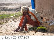 The hermit, a sadhu, sits meditating on the Holy river Ganges (2017 год). Редакционное фото, фотограф Dmitriy Melnikov / Фотобанк Лори