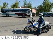Купить «Инспектор моторизованного подразделения дорожно-патрульной службы полиции контролирует дорогу.», фото № 25978983, снято 14 мая 2016 г. (c) Free Wind / Фотобанк Лори