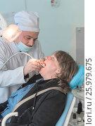 Стоматолог проводит профилактику пациенту (2017 год). Редакционное фото, фотограф Игорь Новиков / Фотобанк Лори