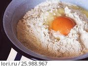 Сырое разбитое яйцо в муке. Стоковое фото, фотограф Галина Жигалова / Фотобанк Лори
