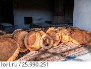 Купить «Традиционные узбекские лепешки, выпеченные в тандырной печи», фото № 25990251, снято 25 июня 2018 г. (c) FotograFF / Фотобанк Лори