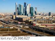 Москва, вид сверху на Кутузовский проспект и Третье Транспортное Кольцо, фото № 25990627, снято 29 мая 2017 г. (c) glokaya_kuzdra / Фотобанк Лори