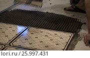 Worker applies glue for tiles. Стоковое видео, видеограф Кузьмов Пётр / Фотобанк Лори