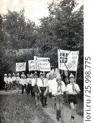 """Дети в пионерском лагере с плакатом """"Свободу Луису Корвалану!"""" и """"Народ Чили победит!"""". 1970-е годы. Редакционное фото, фотограф Retro / Фотобанк Лори"""