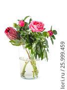 Купить «Красивый букет из Пионов и Протеи, стоящий в стеклянной вазе на чистом белом фоне.», фото № 25999459, снято 25 мая 2019 г. (c) Olesya Tseytlin / Фотобанк Лори
