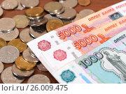 Купить «Российские монеты и купюры», эксклюзивное фото № 26009475, снято 24 марта 2017 г. (c) Юрий Морозов / Фотобанк Лори