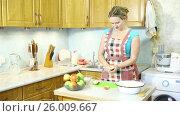 Купить «Молодая женщина вырезает сердцевину из яблок», видеоролик № 26009667, снято 5 марта 2017 г. (c) Сергей Дубров / Фотобанк Лори
