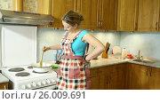 Купить «Молодая блондинка дома готовит варенье из яблок», видеоролик № 26009691, снято 5 марта 2017 г. (c) Сергей Дубров / Фотобанк Лори