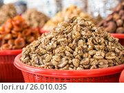 Купить «Грецкий орех на рыночном прилавке. Сиабский базар, Самарканд, Узбекистан», фото № 26010035, снято 15 октября 2016 г. (c) Юлия Бабкина / Фотобанк Лори