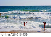 Купить «Мама, дочь и Чёрное море», фото № 26016439, снято 17 сентября 2014 г. (c) Виктор Архипов / Фотобанк Лори