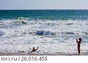 Мама, дочь и Чёрное море (2014 год). Редакционное фото, фотограф Виктор Архипов / Фотобанк Лори