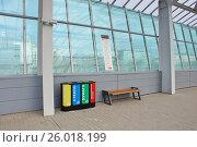 Купить «Урны для раздельного сбора мусора на станции МЦК «Лужники»», фото № 26018199, снято 19 апреля 2017 г. (c) Павел Москаленко / Фотобанк Лори
