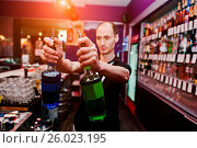 Купить «Young barman holding bottles for coctail at the bar», фото № 26023195, снято 26 мая 2020 г. (c) easy Fotostock / Фотобанк Лори