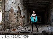 Купить «Девушка в шубе стоит среди развалин здания», фото № 26024059, снято 12 апреля 2017 г. (c) Момотюк Сергей / Фотобанк Лори