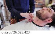 Купить «barber treating male neck with alum bar at shop», видеоролик № 26025423, снято 20 сентября 2019 г. (c) Syda Productions / Фотобанк Лори