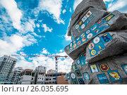 Купить «Екатеринбург . Постамент с эмблемами строительных отрядов в Академическом районе», фото № 26035695, снято 13 апреля 2017 г. (c) Сергеев Валерий / Фотобанк Лори