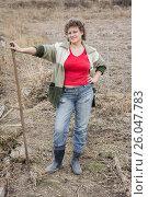 Купить «Женщина стоит с лопатой в огороде», фото № 26047783, снято 24 апреля 2013 г. (c) Светлана Попова / Фотобанк Лори