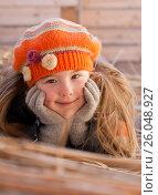 Счастливая девочка лежит на сеновале. Стоковое фото, фотограф Юлия Мальцева / Фотобанк Лори