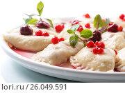 Купить «Sweet boiled dumplings with cherries and berries», фото № 26049591, снято 22 апреля 2017 г. (c) Peredniankina / Фотобанк Лори