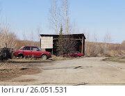Купить «Вдоль сельской дороги стоят сломанные красные автомобили. Весна.», фото № 26051531, снято 22 апреля 2017 г. (c) Нина Карымова / Фотобанк Лори