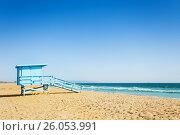 Купить «Lifeguard tower on a sandy beach of Santa Monica», фото № 26053991, снято 16 апреля 2015 г. (c) Сергей Новиков / Фотобанк Лори