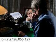 Писатель печатает на печатной машинке. Стоковое фото, фотограф Лазаренко Светлана / Фотобанк Лори