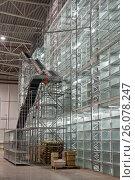 Купить «Автоматический подъемник на складе», фото № 26078247, снято 13 декабря 2011 г. (c) Цветков Виталий / Фотобанк Лори