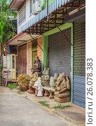 Купить «В маленькой лавке продаются скульптурные изображения божеств. Бангкок», фото № 26078383, снято 20 февраля 2015 г. (c) Александр Романов / Фотобанк Лори