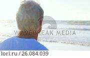 Купить «Senior man listening to music on headphones at beach», видеоролик № 26084039, снято 17 июля 2019 г. (c) Wavebreak Media / Фотобанк Лори