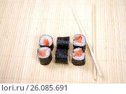 Купить «Японская кухня. Сяке маки и палочки для суши», фото № 26085691, снято 21 февраля 2017 г. (c) Глазков Владимир / Фотобанк Лори